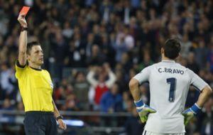 El �rbitro expulsando a Claudio Bravo durante el partido de Champions...