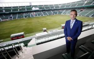 Diego Garc�a posa para MARCA en el palco del estadio Mart�nez Valero