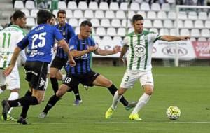 Cisma controla el bal�n en el partido del C�rdoba ante el Girona