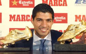 El uruguayo posa con sus dos Botas de Oro
