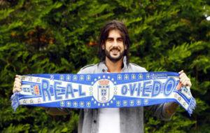 Melendi con la bufanda de su equipo, el Real Oviedo.
