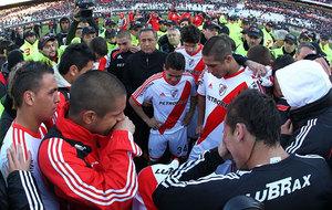 Los jugadores de River tras consumarse el descenso a Segunda en 2011.