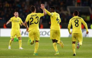 El defensor senegal�s del Villarreal Alfred N'Diaye celebrael...
