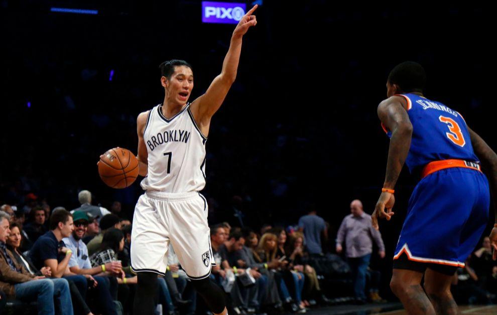 Jeremy Lin dirige el juego en un partido contra su ex equipo, los New...