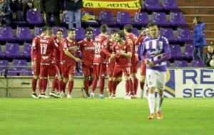 Los zaragocistas celebran un gol en Zorrilla, durante el partido de...