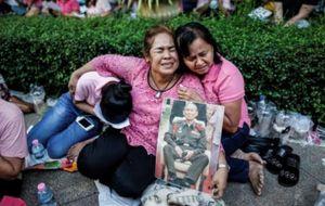Tailandesas lloran la muerte de Bhumibol Adulyadej.