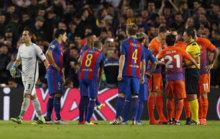 Los jugadores del City protestan la expulsi�n de Bravo.