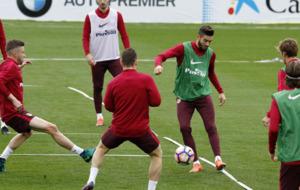 Los jugadores del Atl�tico de Madrid haciendo un rondo durante el...