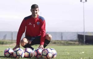 Aguilera, en el campo de entrenamiento del Huesca, posa para MARCA