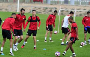 Los jugadores del Sevilla, en el entrenamiento de este viernes.