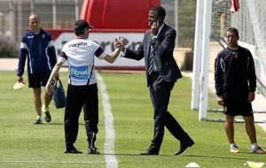 Maheta Molango saluda a Fernando V�zquez durante un entrenamiento