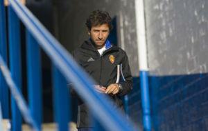 Luis Milla antes de empezar un entrenamiento en La Romareda.