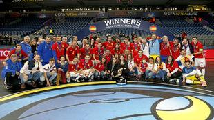 Los integrantes de la selección posan con sus familias tras lograr el...