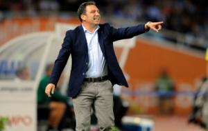 Eusebio Sacrist�n da instrucciones a sus jugadores en el encuentro...