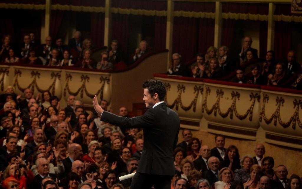 Gómez Noya saluda al auditorio del Teatro Campoamor tras recibir el...