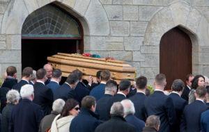 El f�retro con los restos de Anthony Foley entra en la iglesia St...