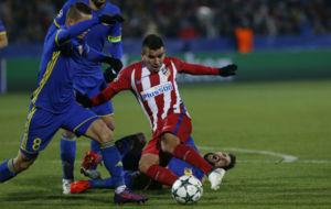 Correa pugnanado con la zaga del Rostov