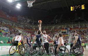 Asier García, en el centro de la imagen, en la final de los Juegos...