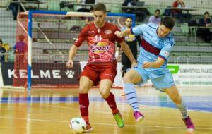 Fernando controla el bal�n ante la presencia de Pizarro.