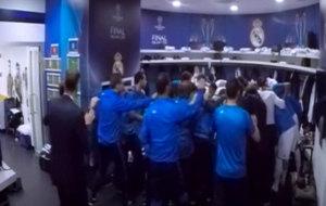 El Real Madrid, haciendo pi�a en el descanso de la final de Mil�n