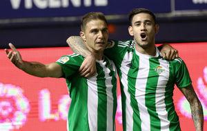 Joaqu�n (35) y Sanabria (20) celebran el tanto del portuense en...