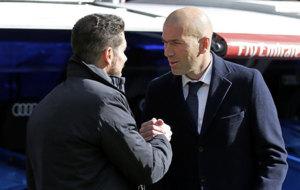 Simeone y Zidane se saludan antes de un derbi.