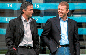 Mourinho charla con Abramovich durante su primera etapa en el Chelsea.