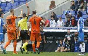 Gil Manzano muestra cartulina roja a Felipe Caicedo