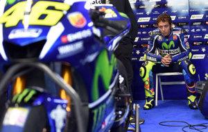 Valentino Rossi, pensativo en su box