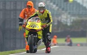 �lex Rins vuelve a boxes empujando su moto sin gasolina