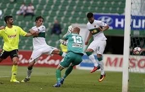 Kieszek, el mejor del partido, no puede evitar el gol de Pelegr�n que...