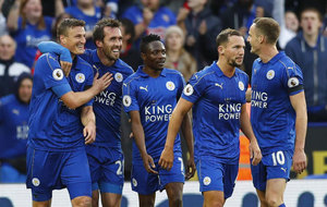 Los jugadores del Leicester celebran uno de sus goles al Crystal...