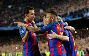 Busquets celebra un gol con sus compa�eros.