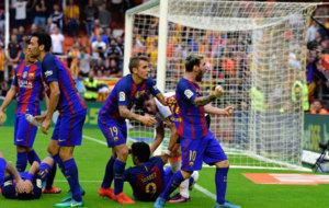 Messi celebra el 2-3 ante la grada de Mestalla.