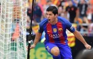 Su�rez celebra el 2-2 en Mestalla.