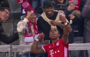 Douglas Costa celebr� su gol con un selfie con la grada.