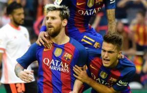 Denis, a la derecha, celebra el gol de Messi en Mestalla.