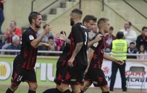 Los jugadores del Reus celebran el gol de Máyor al Lugo
