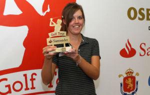 Meghan MacLaren, con el trofeo de ganadora.