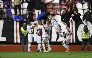Los jugadores del Rayo celebran el gol de Manucho en Vallecas