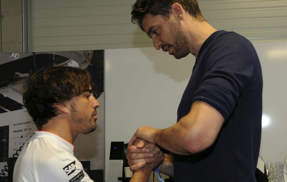 Gasol estrecha la mano de Alonso entre las suyas.