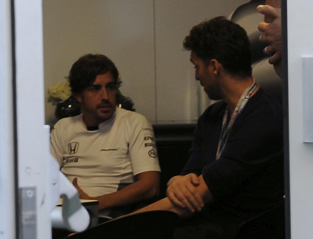 Gasol y Alonso charlan en privado en el 'hospitality' de McLaren.