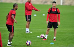 Kranevitter sonr�e junto a Mariano en un entrenamiento.