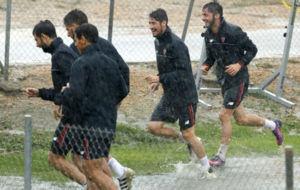 Los jugadores del Sevilla abandonaron el entrenamiento por las fuertes...