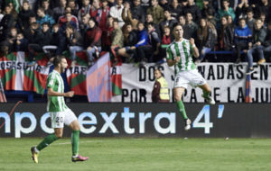 Felipe Guti�rrez celebra el gol de la victoria en El Sadar.