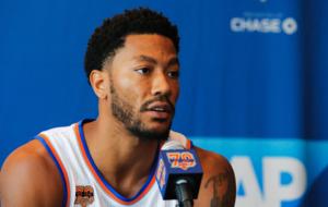 Derrick Rose en rueda de prensa con los Knicks