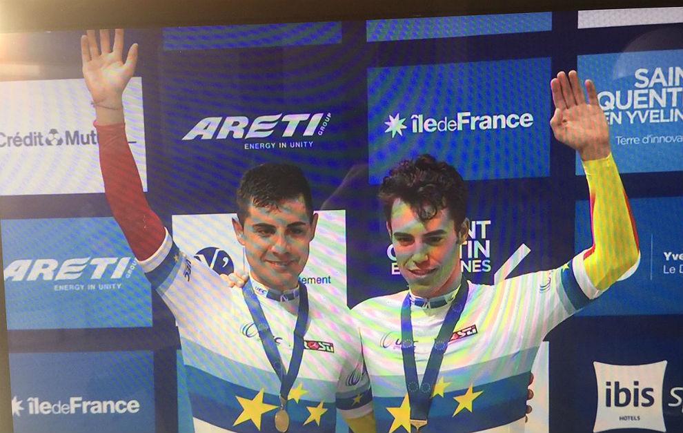 Sebastián Mora y Albert Torres saludan en el podio los Europeos de...
