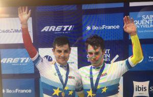 Sebasti�n Mora y Albert Torres saludan en el podio los Europeos de...