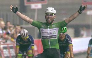 Mark Cavendish, feliz tras su triunfo en el circuito de Abu Dhabi.