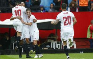 Los jugadores del Sevilla celebran el gol de la victoria ante el...